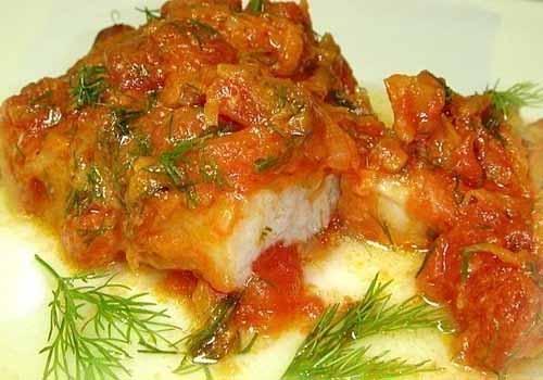 Тушеная рыба с помидорами