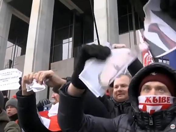 Жители Белоруссии вышли на акцию против интеграции с Россией и порвали портреты Путина