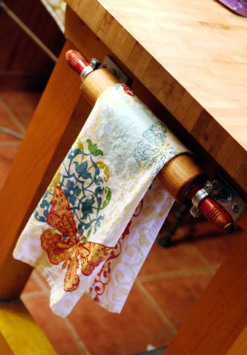 Оригинальная вешалка из скалки для кухонных полотенец.