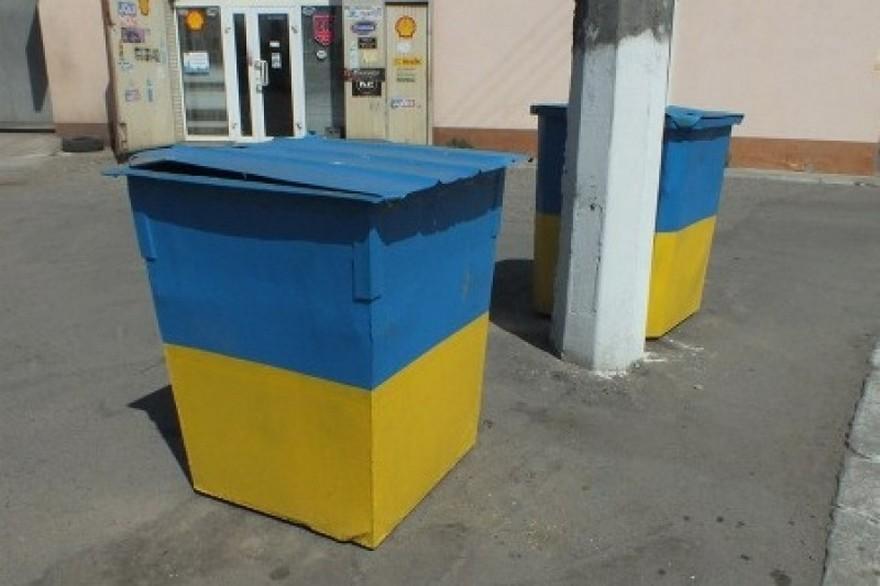 Шокирующее видео: Пенсионеры в Киеве дерутся за продукты на помойке