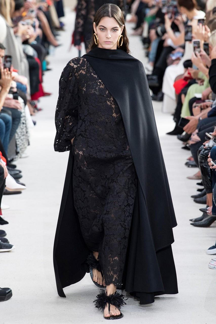 Черные и белые кружевные платья — романтичный тренд грядущей весны