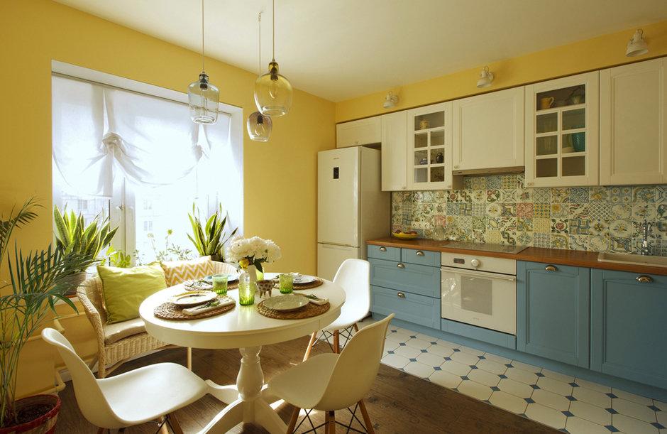 Как один дизайнер создал солнечный интерьер в типовом доме