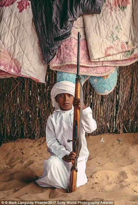 Мальчик-бедуин держит отцовское ружье, Оман в мире, дети, жизнь
