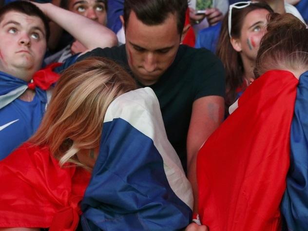 Видео: маленький португальский болельщик утешил плачущего фаната из Франции