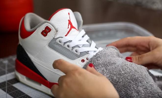 Обувщик показал, как из старых кроссовок делает почти новые за несколько минут