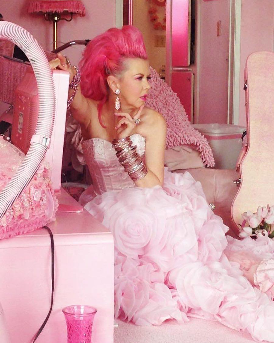 9 трешовых фото женщины, которая всю жизнь ходит в розовом