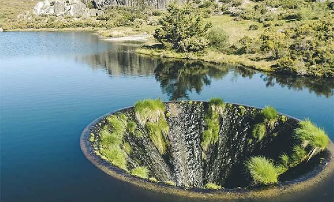Река посреди озера. Искусственный водоворот превратился в водопад, который течет внутрь