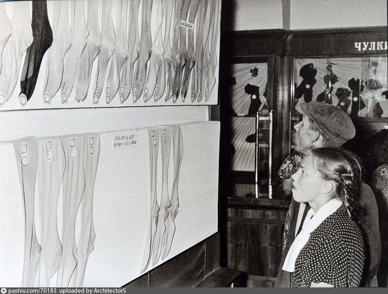 Люди с отвисшими челюстями рассматривают чулки в ГУМе, было, история, фото