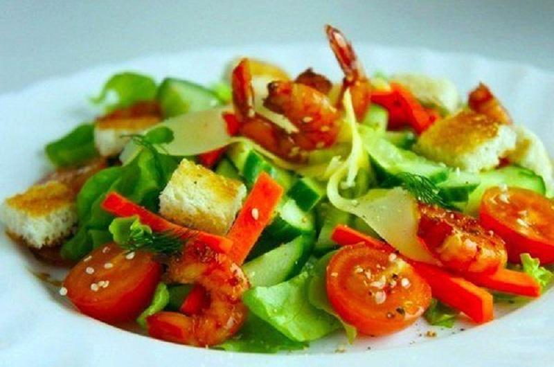Овощной салат с креветками без майонеза