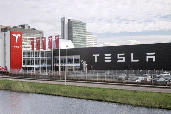 Из Tesla бежит крупнейший по…