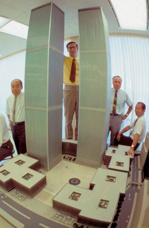 Автор проекта Минору Ямасаки (справа) и группа архитекторов на фоне модели Всемирного Торгового Центра, 1964 год. было, история, фото