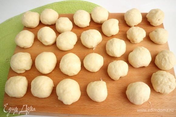Разделить сдобное тесто на небольшие части для пирожков, придать каждому кусочку форму шара. У меня получилось 27 заготовок для пирожков.