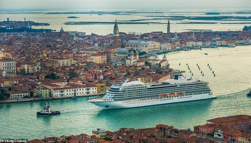 5. Огромный лайнер Viking Sea проплывает через Венецию красиво, красивые места, круиз, круизы, мир, паром, путешествия, фото