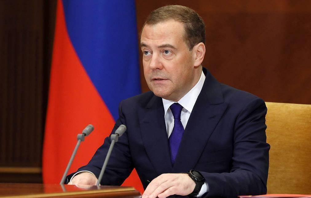 """Медведев: """"Единая Россия"""" получает статус правящей партии на выборах в отличие от КПСС"""