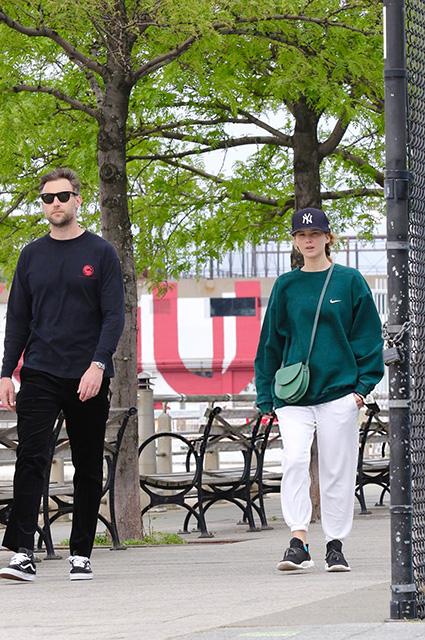 Дженнифер Лоуренс и Кук Марони на прогулке в Нью-Йорке: новые фото пары Звездные пары