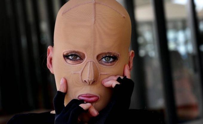 Жизнь без лица закончена: австралийка сняла маску, которую носила 2,5 года без лица, ожог