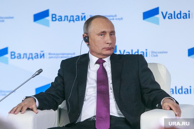 """""""Мы своих не сдаем"""":Песня про Путина стала хитом в Интернете."""