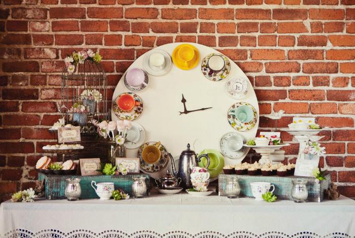 Красивые винтажные часы из разноцветных керамических кружек.