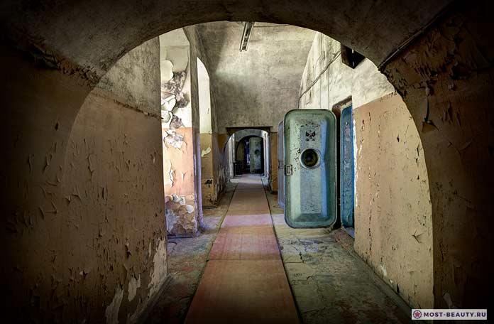 Жуткие и удивительные фото заброшенных тюрем
