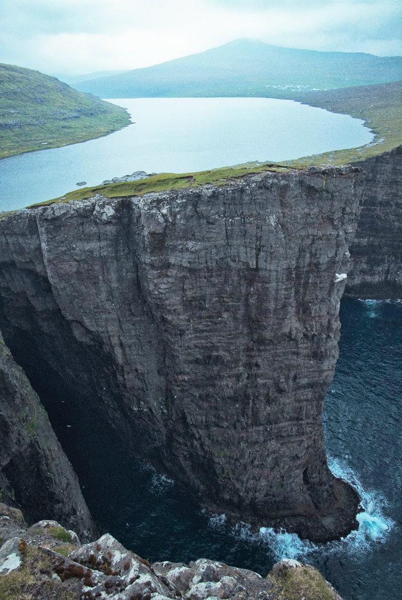 Озеро на Фарерских островах, путешественники зовут его «озеро над океаном»… красивые места, красота, невероятные места, фото