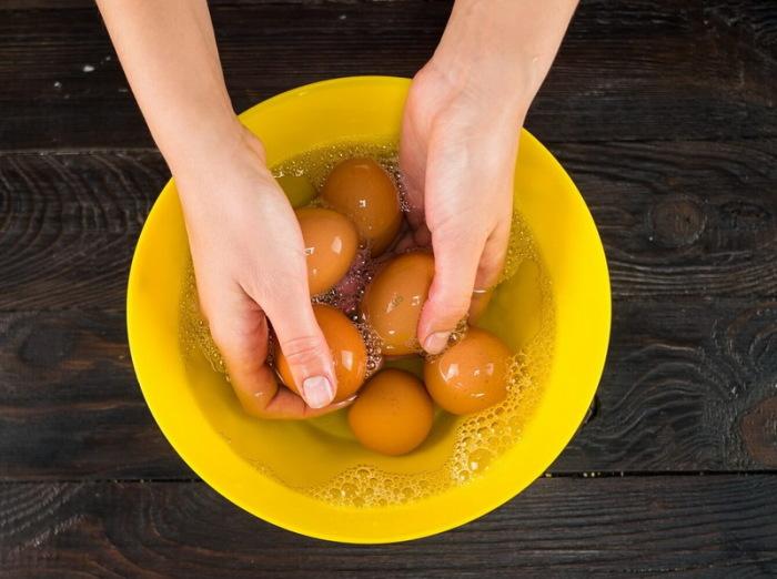 Помыть яйца в соде. /Фото: lifehacker.ru.