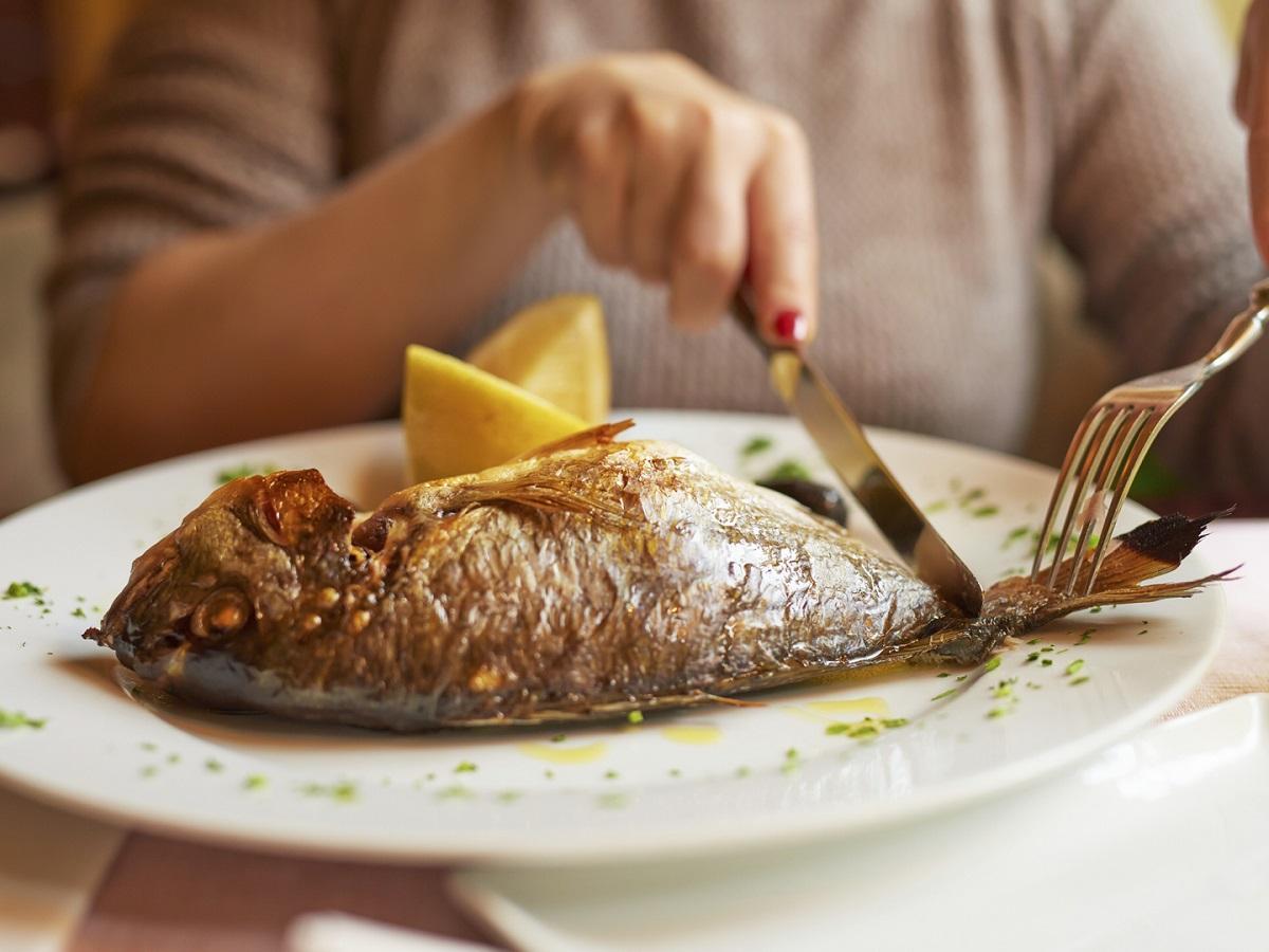 Картинка человек ест рыбу