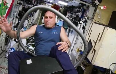 Российский космонавт прокатился на пылесосе в невесомости