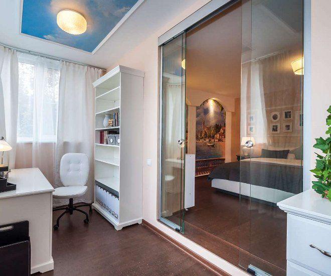 дизайн спальни с балконом стекло