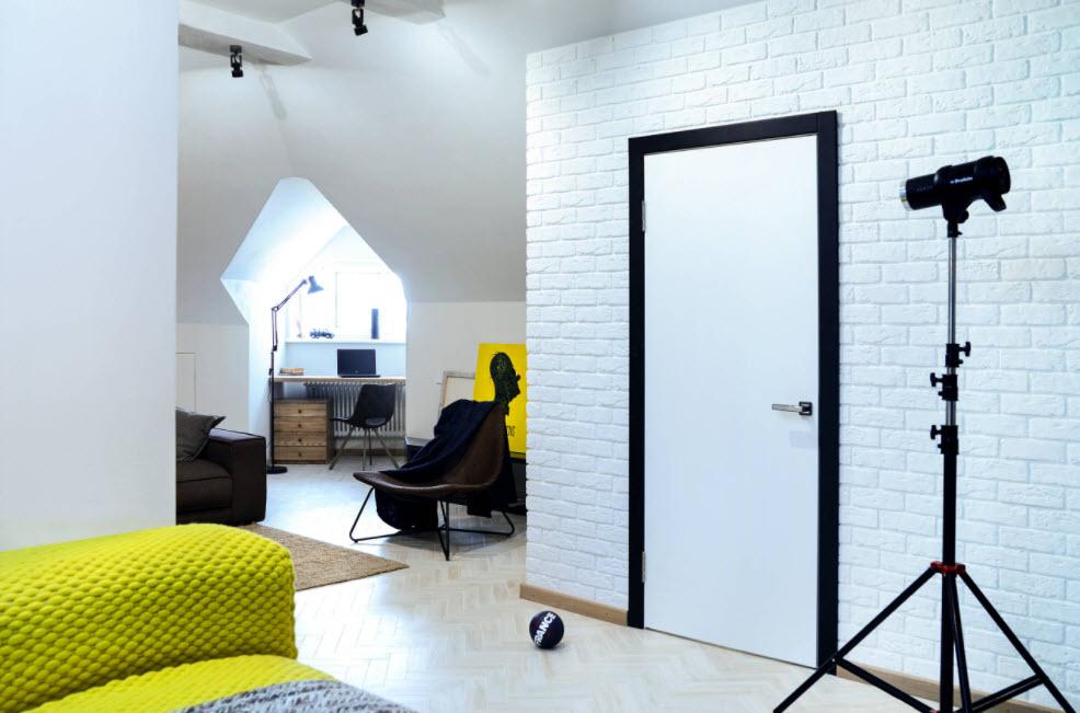 белые стены мансарды в сочетании с яркими элементами декора