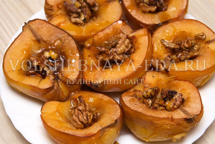Запеченная айва с грецкими орехами и медом