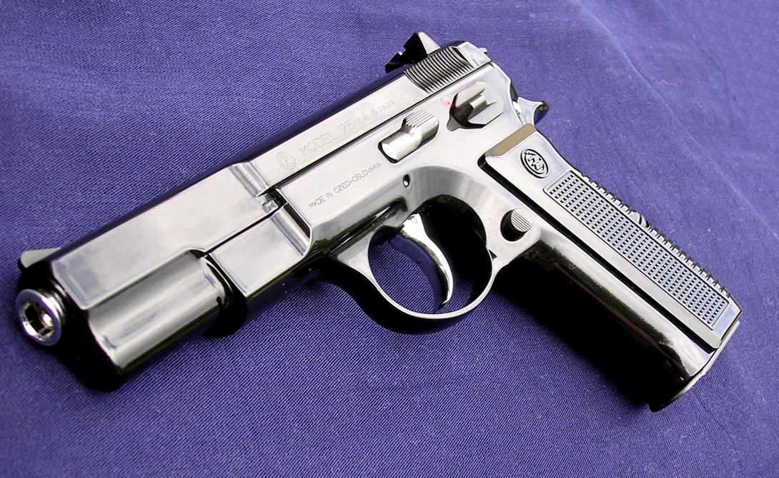 CZ .75 Аббревиатура CZ расшифровывается как Ceska Zbrojovka Uhersky Brod: он до сих пор производится в Чехии и считается одним из лучших автоматических пистолетов из всех когда-либо созданных. Облегченное дуло CZ .75 делает стрельбу очень комфортной, двойной магазин же позволяет сделать достаточно много выстрелов до перезарядки.