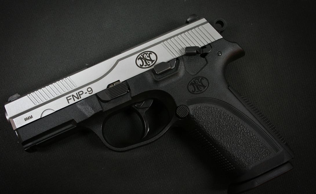FN Herstal FNP-9 Современный, мощный пистолет с каркасом из полимера. Серия FN производится в США, специально для охраны дома. Ход ствола пистолета довольно короток, что делает оружие очень точным. 16 патронов в обойме, один в стволе.