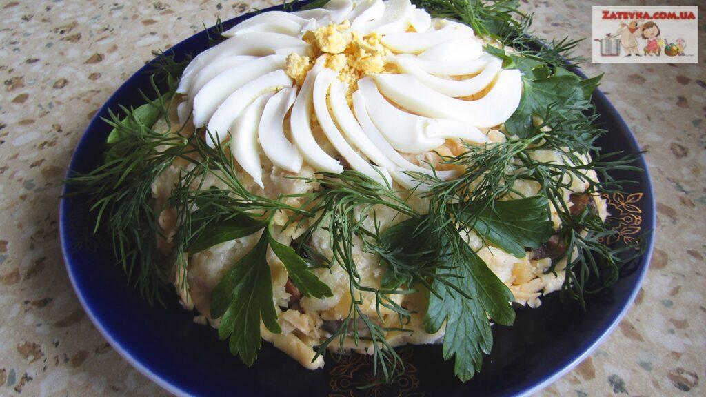 Слоеный салат «Ромашка» с ветчиной и грибами