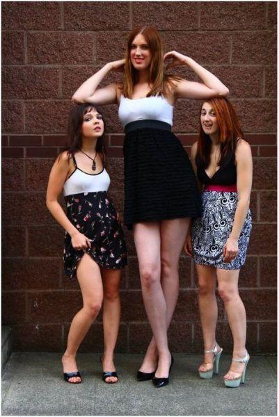 «А ты лампочки без стула вкручиваешь?»: лучшие фото и шутки о высоких девушках