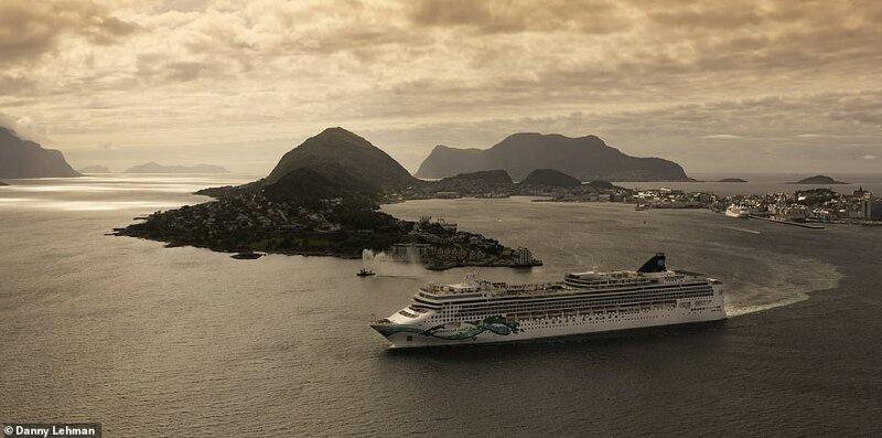 22. Лайнер Norwegian Jade отплывает от портового города Олесунн на западном побережье Норвегии красиво, красивые места, круиз, круизы, мир, паром, путешествия, фото