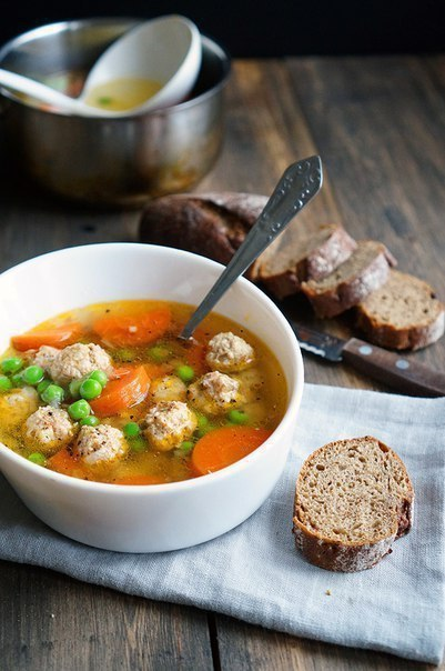 Прозрачный суп с куриными фрикадельками.