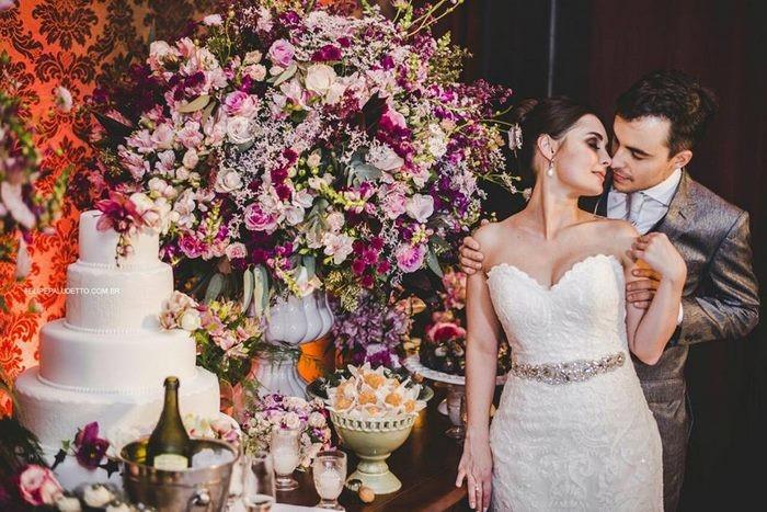 Это Марилия и Мэтью Пьерони, пара из Сан-Паулу, Бразилия, которые недавно поженились гость, милота. добро, невеста, собака. свадьба. животные