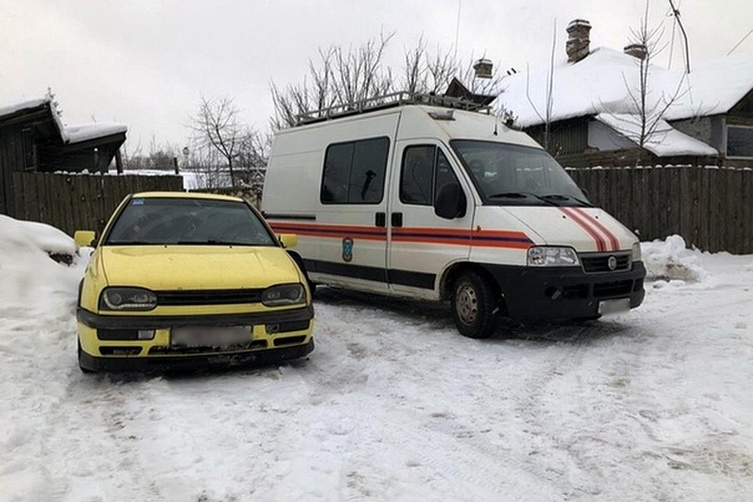 На помощь по вызволению щенков приехали спасатели. Фото: Елена Зиновьева.