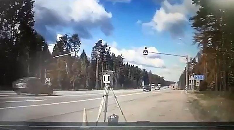 Автомобиль сбил частную камеру фиксации скорости в Подмосковье аварии,авто и мото,автоновости,видео,Россия