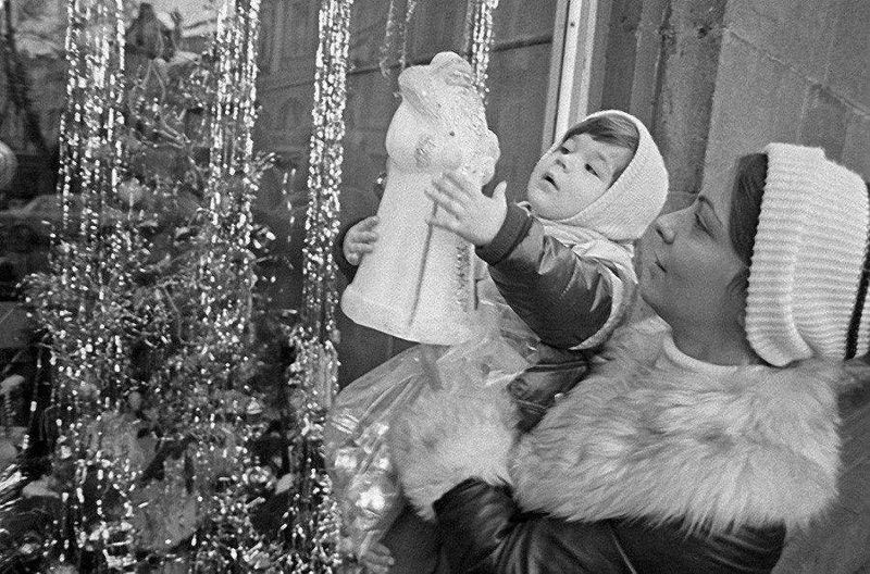 Мама с дочкой выбирают игрушку — Деда Мороза. СССР. 1981 год СССР, детство, ностальгия, подборка