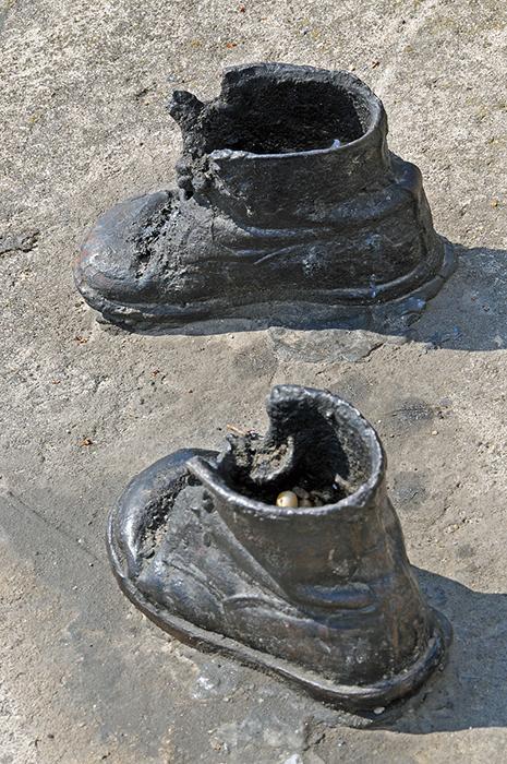 Обувь на берегу реки в Будапеште.