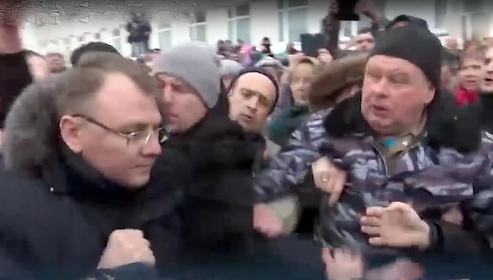 Возмущенная толпа набросилас…