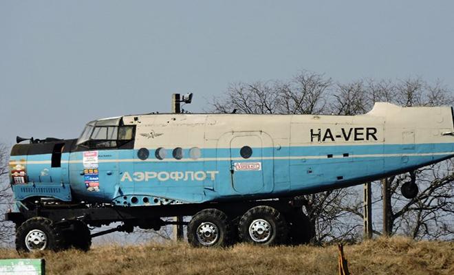 Советский грузовик КрАЗ соединили с самолетом АН-2 и попробовали двигаться: видео