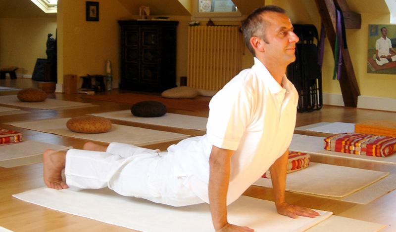 СарпасанаДалеко не каждый готов заниматься йогой на постоянной основе — здесь потребуется не только сила воли, но и готовность к определенным переменам в образе жизни. Однако вполне можно использовать некоторые упражнения из йоги для решения своих повседневных проблем. Поза Змеи, сарпасана, считается чуть ли не лучшим профилактическим упражнением для профилактики болей в спине. Держите ноги вместе и поднимайте на руках корпус, так, чтобы почувствовать напряжение мышц.