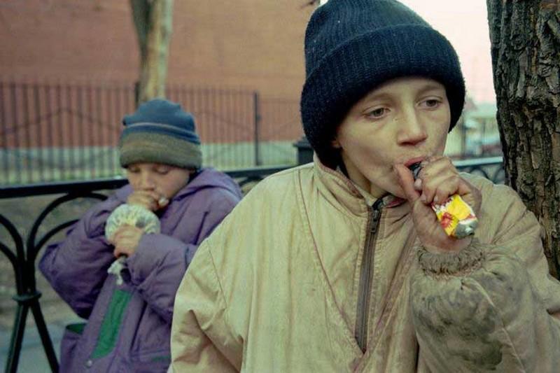 Дети–беспризорники употребляют клей «Момент», Россия, 1990–е. было, история, фото