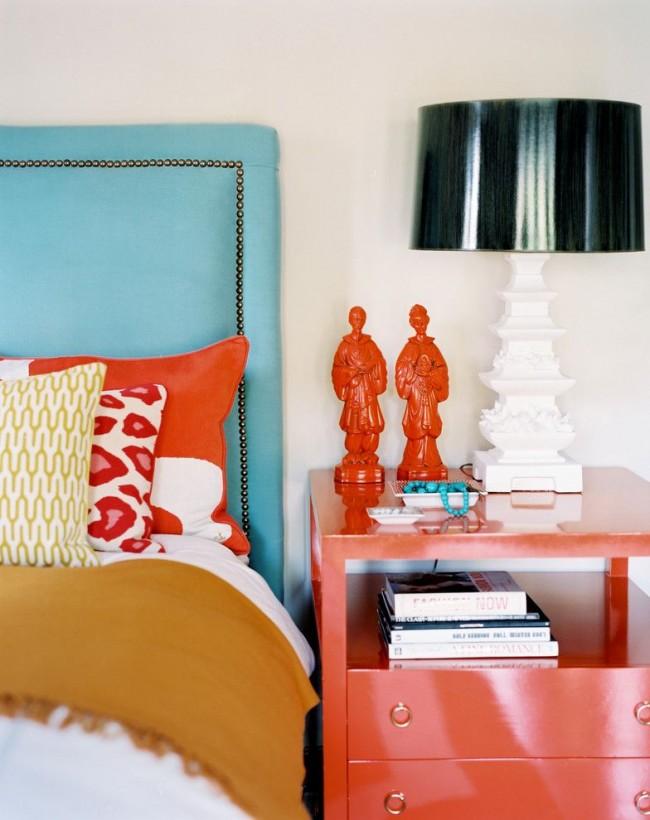 Стильная и уютная спальня, сочетающая голубую мебель и кораллово-персиковые элементы
