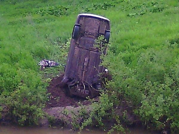 Водитель перелетел на автомобиле через реку и погиб