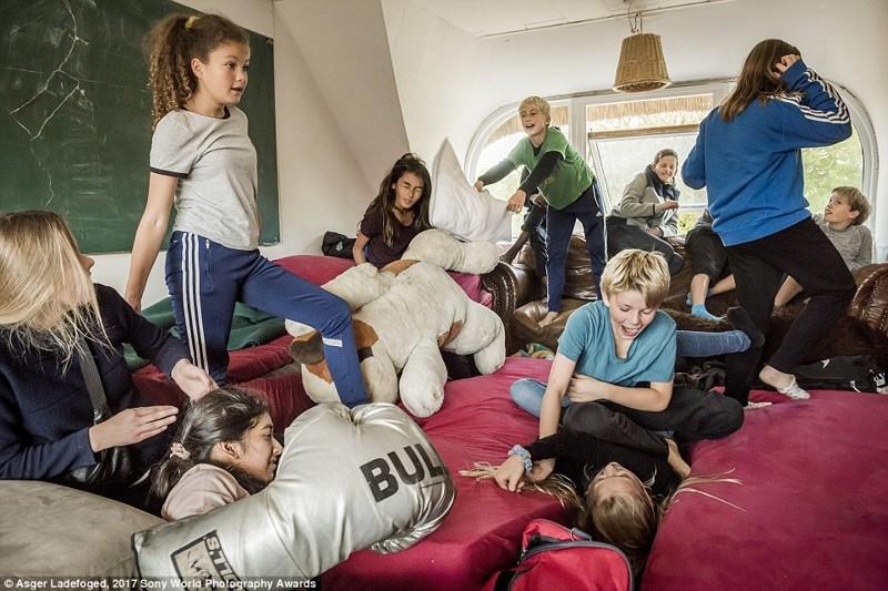 Дети дерутся подушками, Дания в мире, дети, жизнь