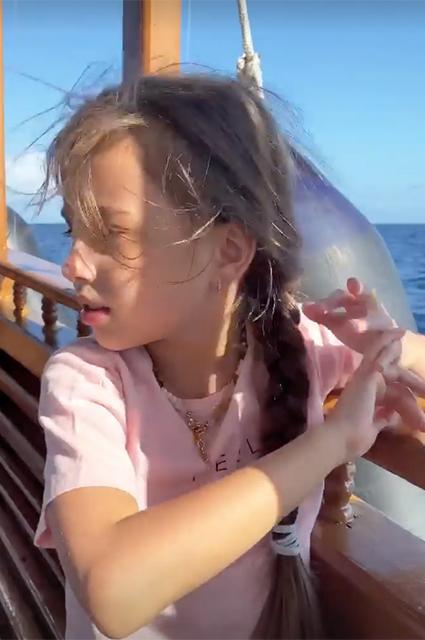 Закаты и встреча с дельфинами: Светлана Иванова с дочерьми отдыхает на Мальдивах Звездные дети