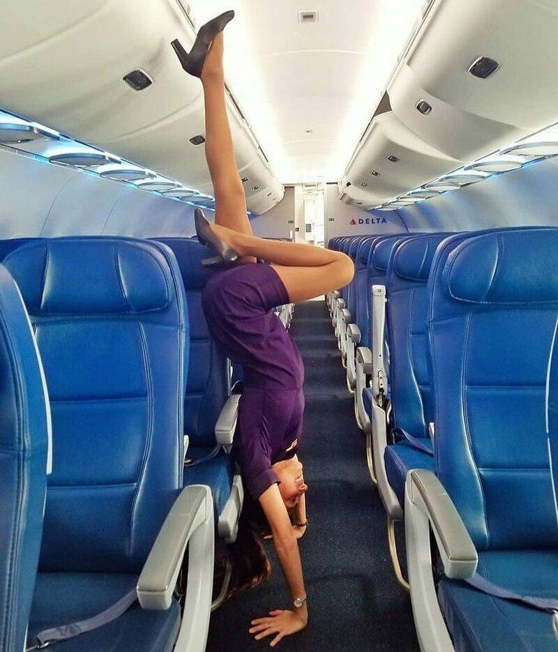 Тайный обряд: что делают стюардессы перед взлетом бортпроводник, прикол, примета, самолет, стюардесса, юмор